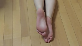 Japanese girl shows her smooth soles again